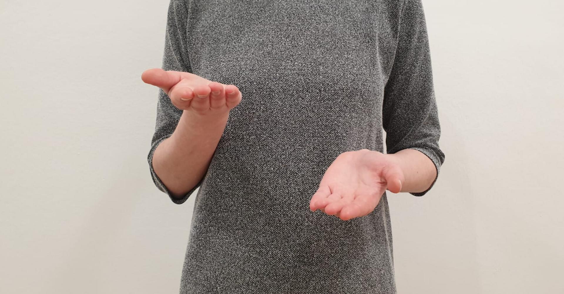Person hält Hände wie eine Waage