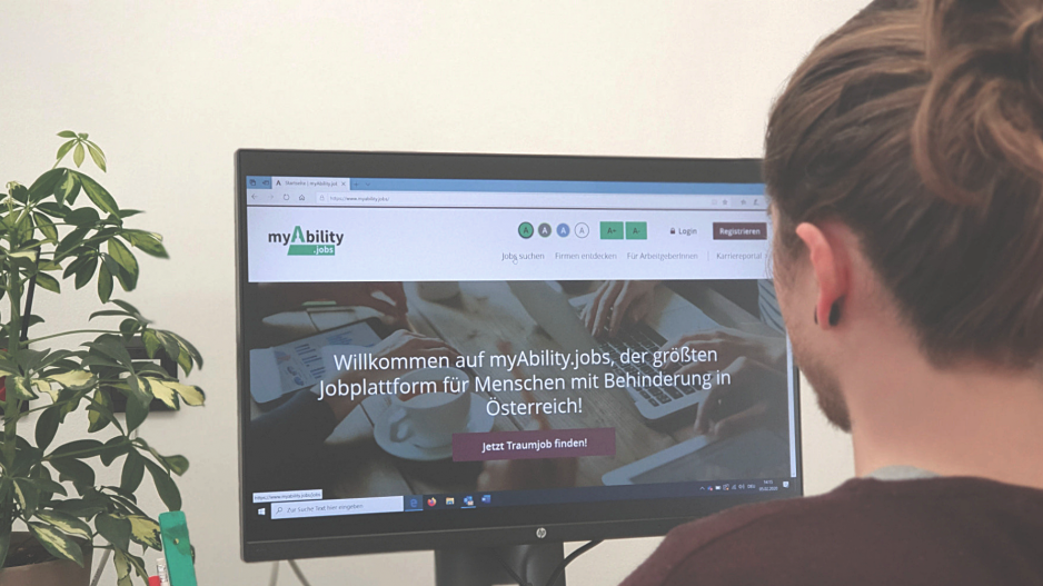 Person vor Bildschirm betrachtet die Jobplattform www.myAbility.jobs